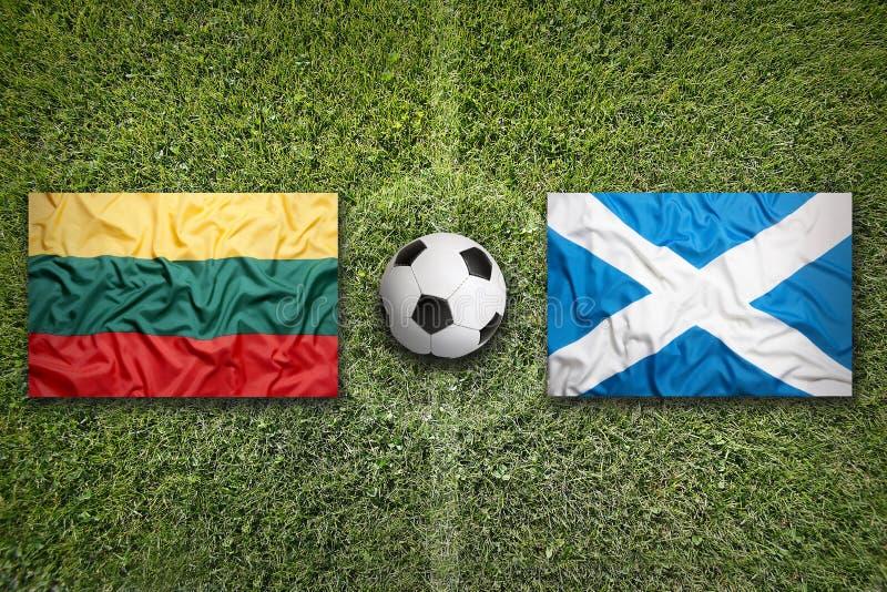 Litouwen versus De vlaggen van Schotland op voetbalgebied stock foto