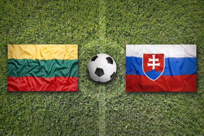 Litouwen versus De vlaggen van Slowakije op voetbalgebied stock afbeelding