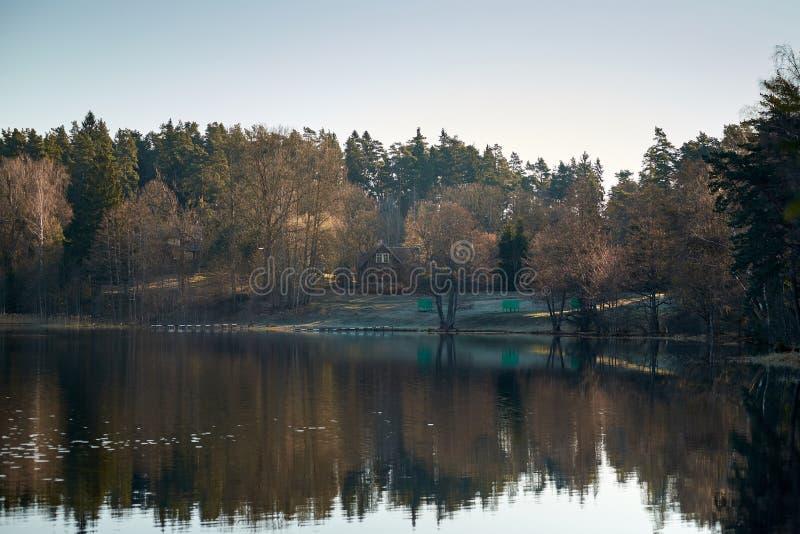 Litouws buitenhuis door het meer royalty-vrije stock afbeeldingen