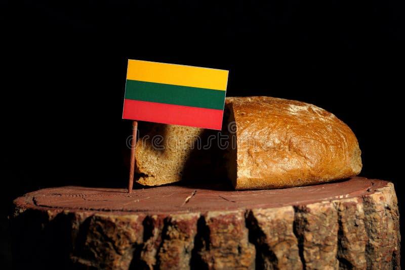 Litouwse vlag op een stomp met brood royalty-vrije stock afbeeldingen