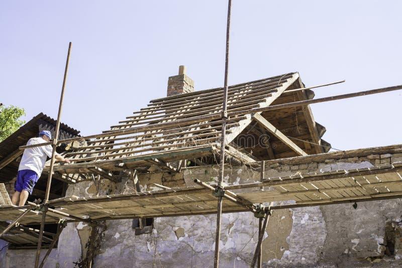 Litovel, republika czech Sierpień 3th 2018, budowniczy pozycja na szafocie glinianym domem pod odbudową dach obrazy royalty free