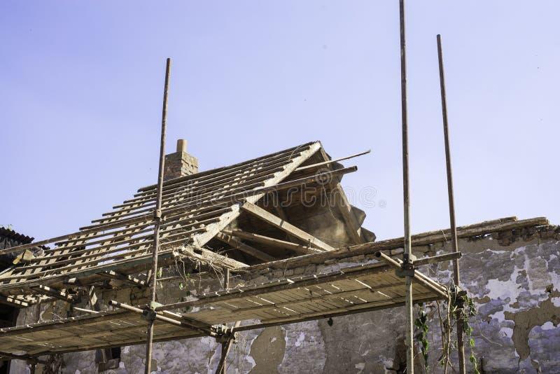 Litovel, republika czech Sierpień 3th 2018, szafot stoi bezczynnie glinianego dom pod odbudową Dachowa budowa i obrazy royalty free