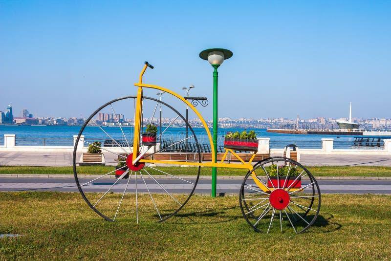 "Lits de fleur de bicyclette de sculpture en métal en parc de bord de la mer ""boulevard "", Bakou, Azerbaïdjan images libres de droits"