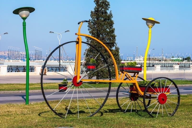 """Lits de fleur de bicyclette de sculpture en métal en parc de bord de la mer """"boulevard """", Bakou, Azerbaïdjan photographie stock libre de droits"""