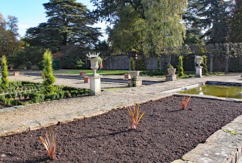 Lits de fleur vides prêts pour planter à l'arborétum d'Arley dans les Midlands en Angleterre photos libres de droits