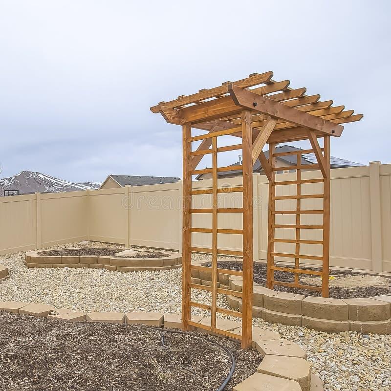 Lits de plantation en forme de coeur de place et axe en bois à la cour d'une maison photos libres de droits