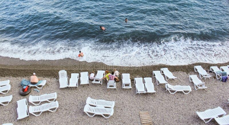 Lits de Sun sur la plage photo stock