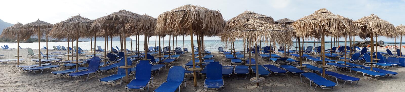 Lits et umbrelas sur la plage image stock