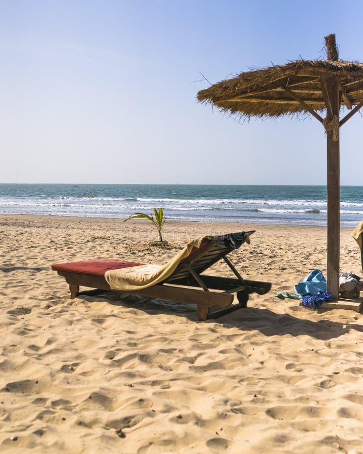 Lits pliants sur la plage photos libres de droits