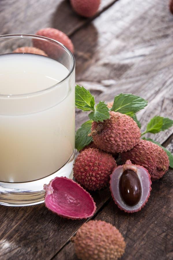Litschi-Saft mit frischen Früchten lizenzfreies stockfoto