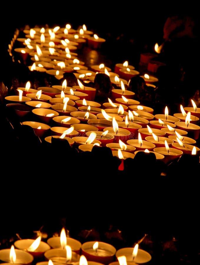 Litstearinljus i en kyrka under den begravnings- berömmen arkivfoto