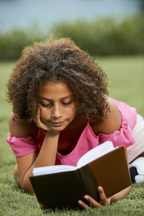 Littérature curieuse de lecture de fille photographie stock libre de droits