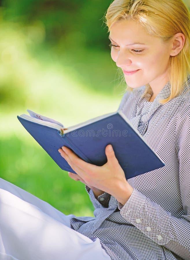 Littérature femelle Détendez les loisirs un concept de passe-temps Les meilleurs livres d'autonomie pour des femmes Livres que ch photographie stock libre de droits