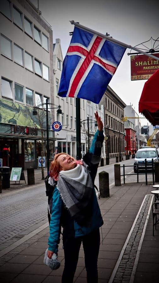 Littelgirl που δοκιμάζει την ισλανδική σημαία σύλληψης στοκ εικόνα