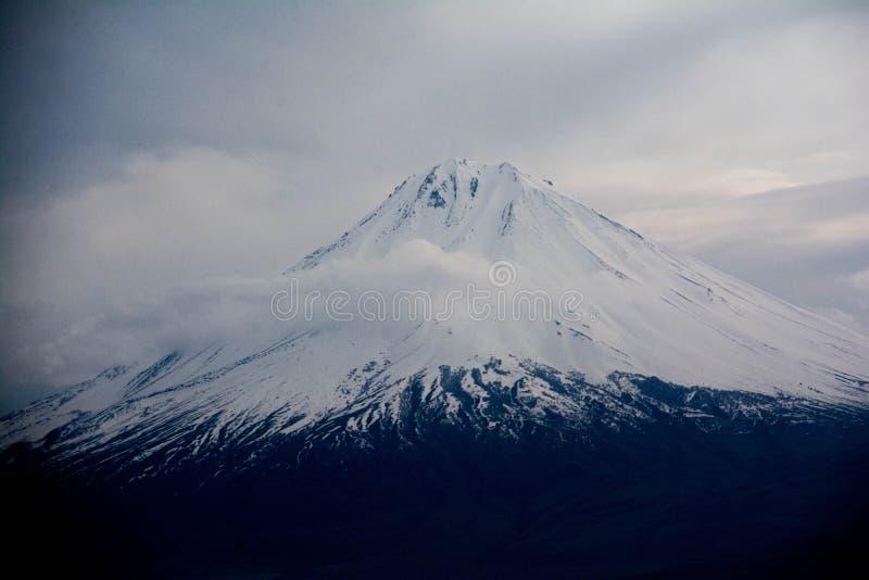 Little Ararat är täckt av snö Moln över Mount Ararat fotografering för bildbyråer