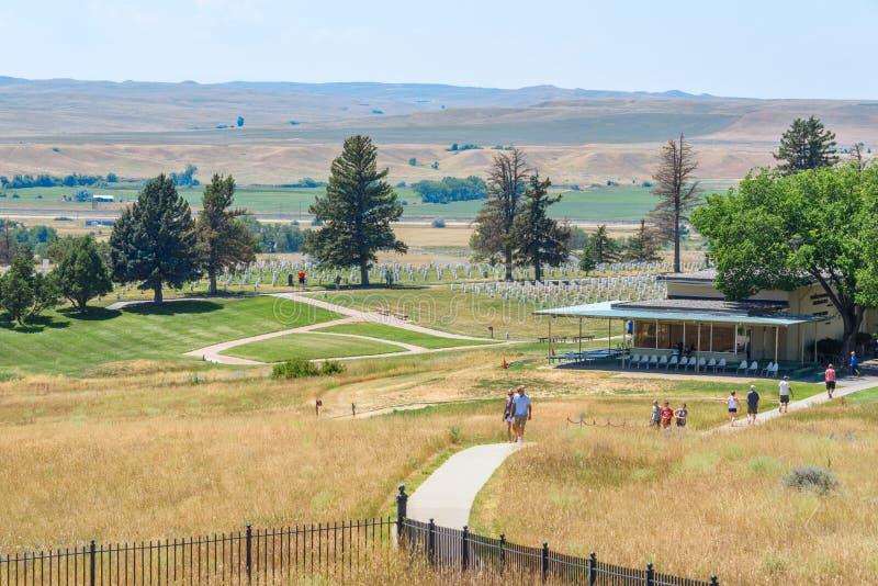 Little Bighorn pola bitwy Krajowy zabytek, MONTANA, usa - LIPIEC 18, 2017: Turyści odwiedza Custer pola bitwy muzeum i Ostatniego obraz royalty free