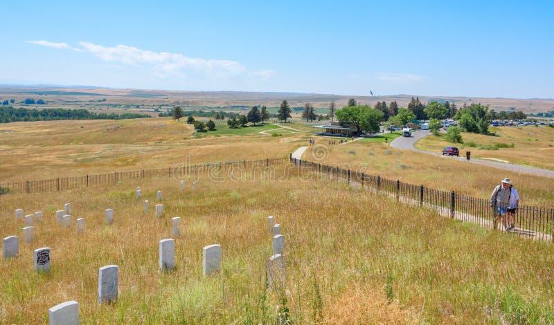 Little Bighorn-Schlachtfeld-Nationaldenkmal, MONTANA, USA - 18. Juli 2017: Touristen, die Little Bighorn-Letzt-Standmonument O be lizenzfreie stockfotos