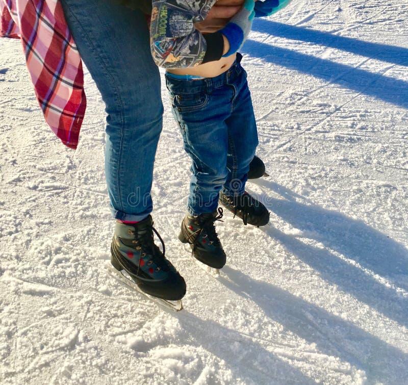 Little Boy apprenant au patin de glace photographie stock libre de droits
