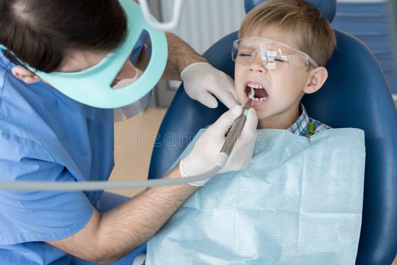 Little Boy assustado em dentistas imagens de stock
