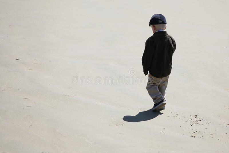 Little Boy auf Strand lizenzfreies stockfoto