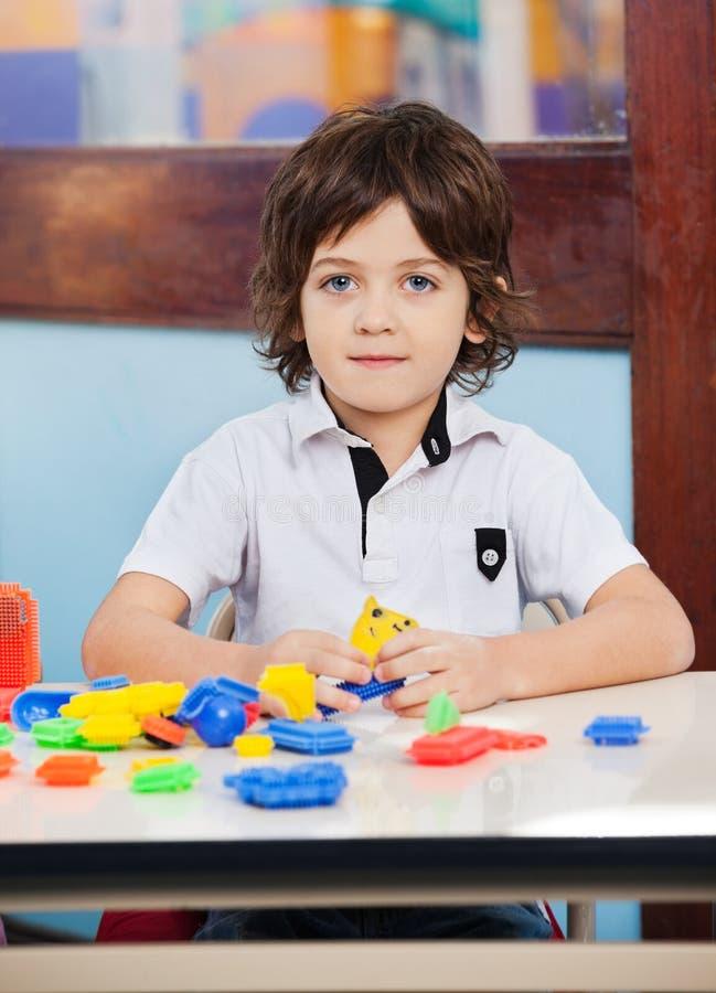 Little Boy avec des blocs de construction jouant dedans images libres de droits