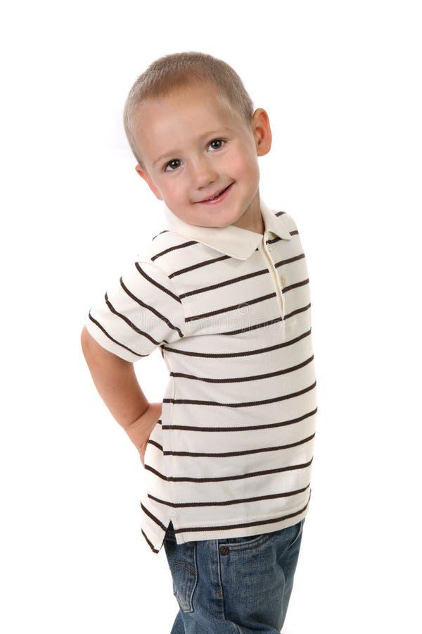 Little Boy avec des mains sur son gratte-cul sur le blanc photographie stock