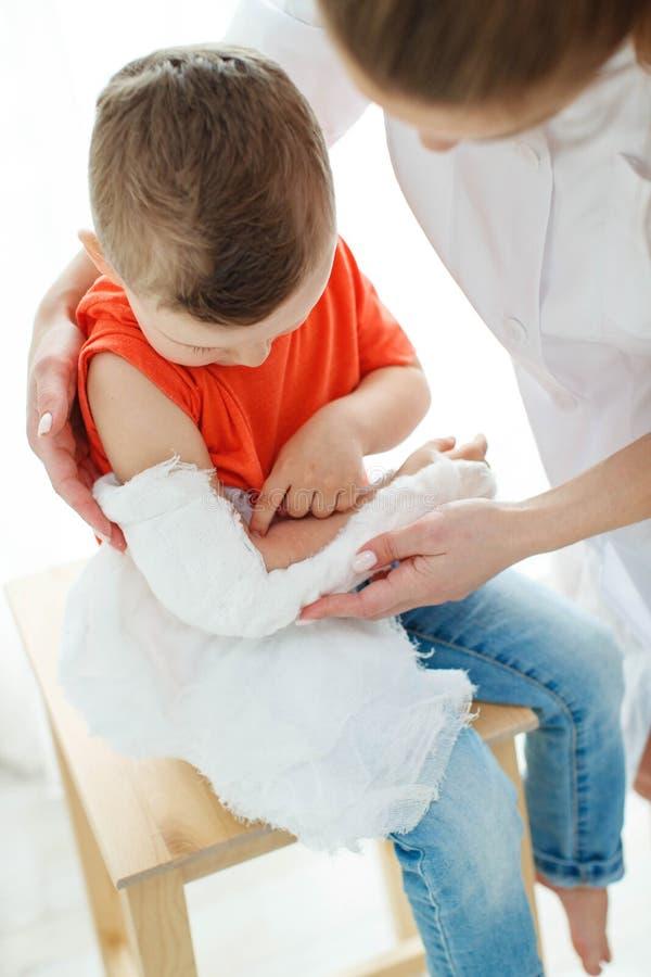 Little Boy avec un bras cass? photo stock
