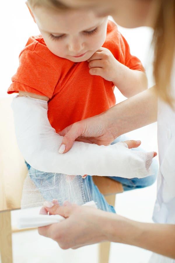 Little Boy avec un bras cass? photos stock