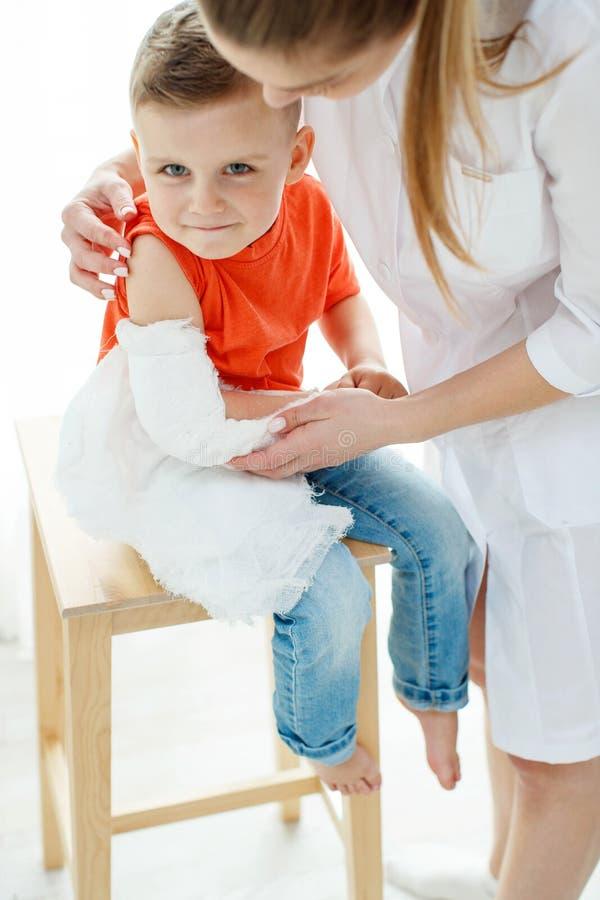 Little Boy avec un bras cass? image stock
