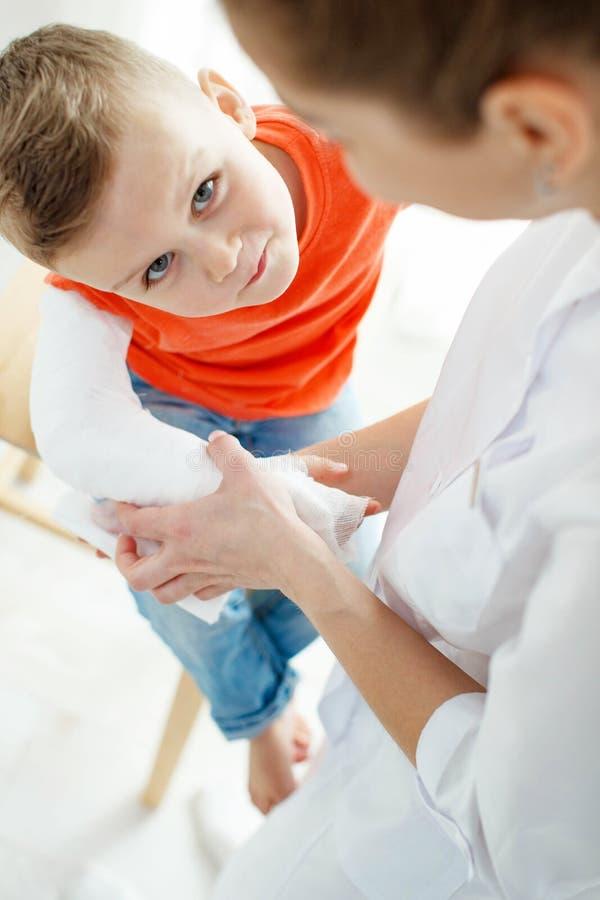Little Boy avec un bras cass? photographie stock