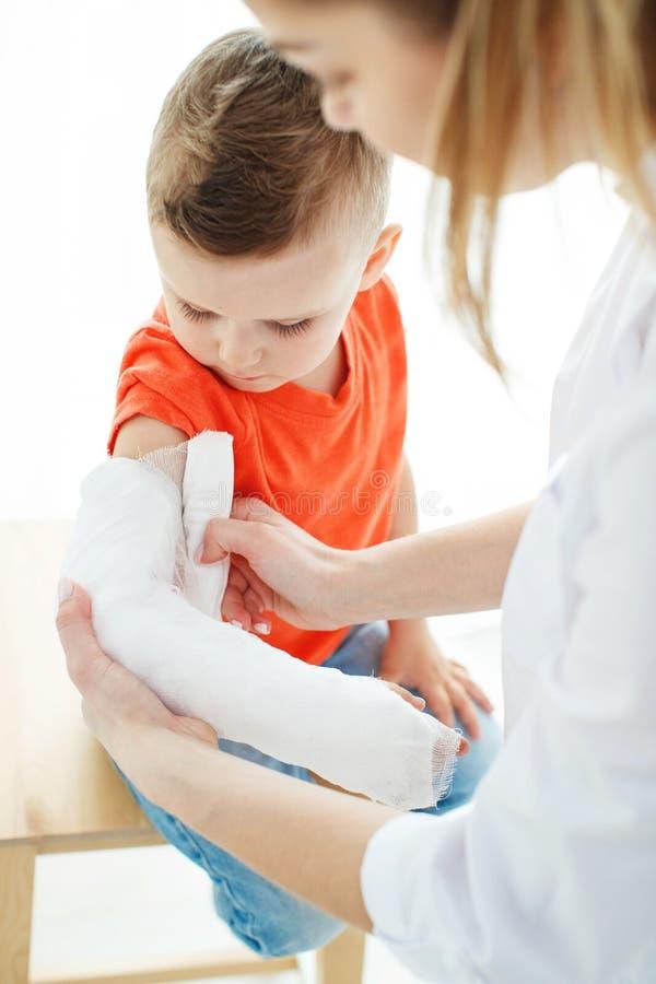 Little Boy avec un bras cass? image libre de droits