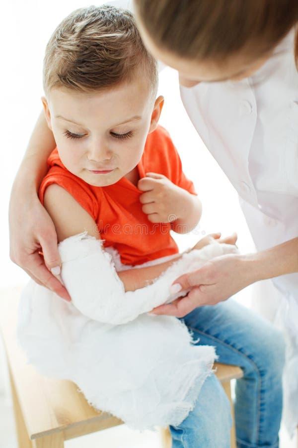 Little Boy avec un bras cass? images stock
