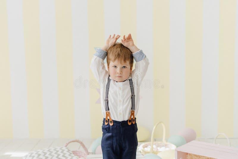 Little Boy bonito faz Bunny Ears Easter Celebration fotografia de stock royalty free