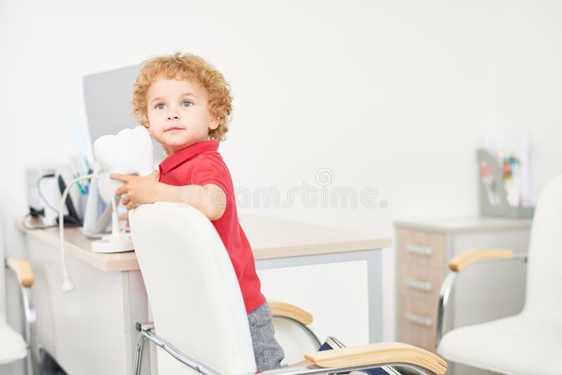 Little Boy bonito no escritório dental fotos de stock royalty free