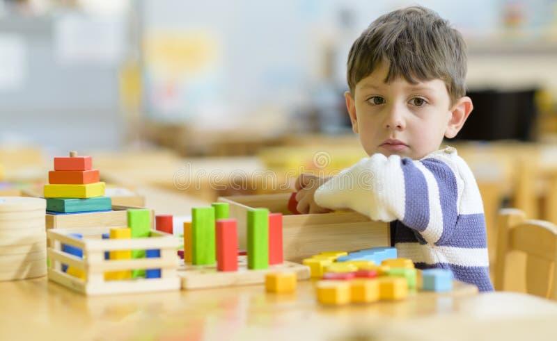 Little Boy bonito que joga no jardim de infância com brinquedo da construção fotos de stock royalty free