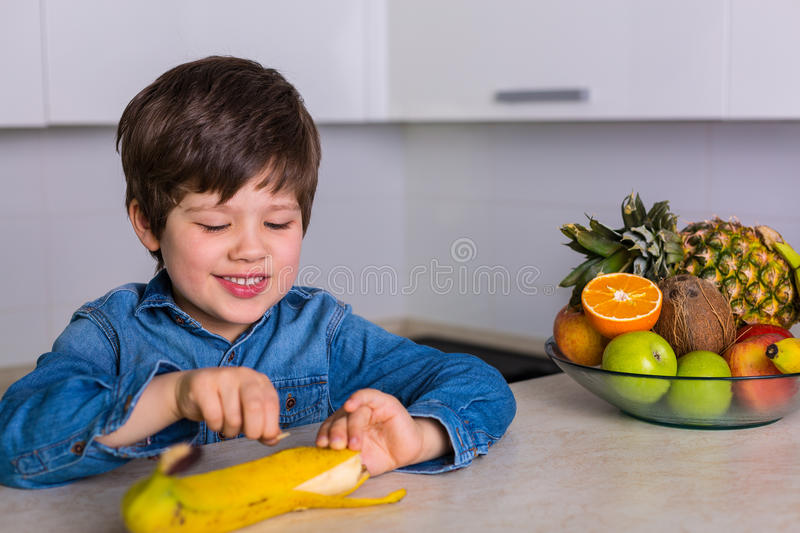 Little boy with a bowl of fresh fruits stock images