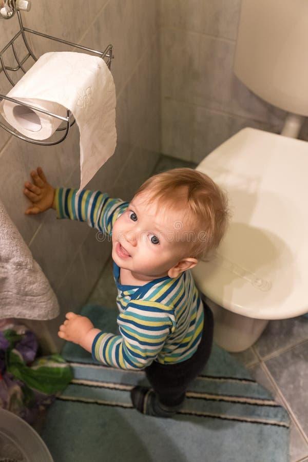 Little Boy che resta accanto alla toilette immagine stock libera da diritti