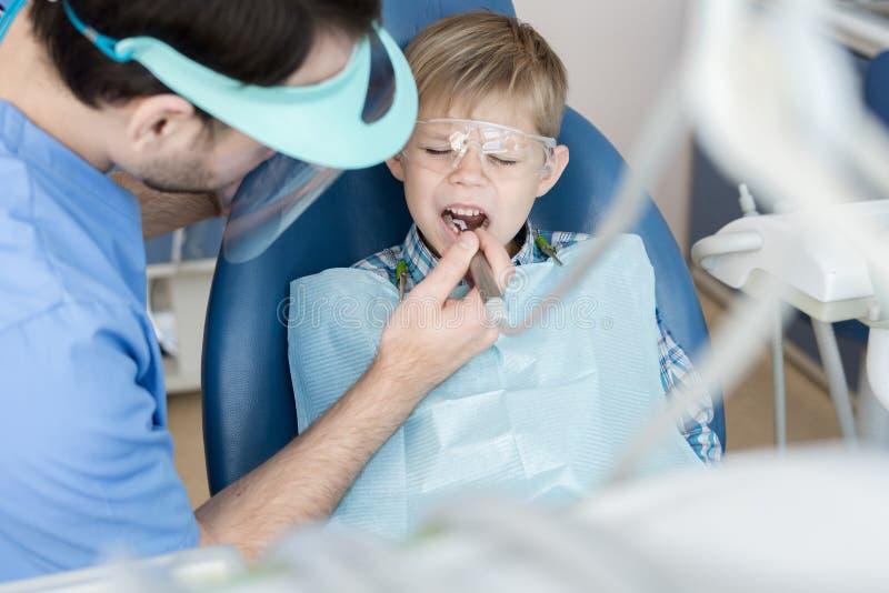 Little Boy che soffre dal mal di denti fotografia stock libera da diritti