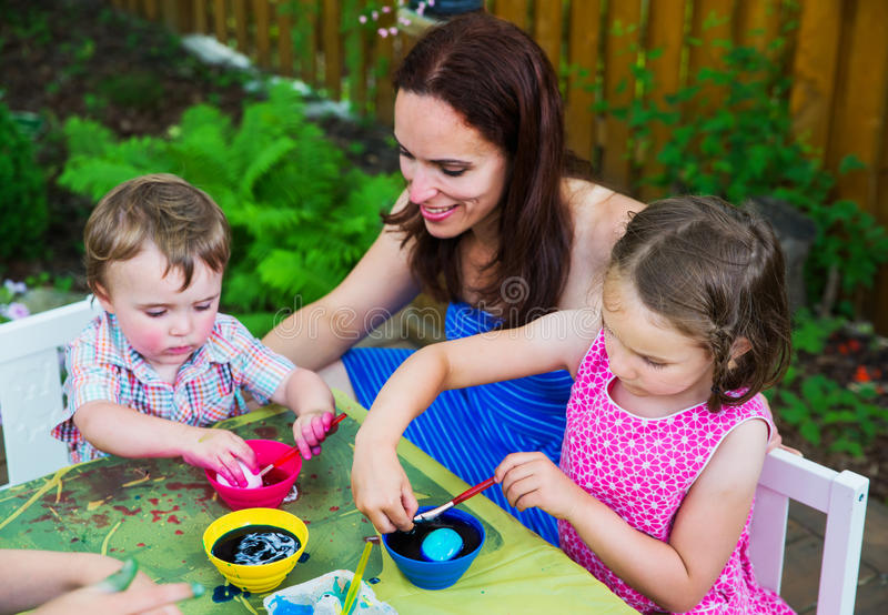 Little Boy che tinge un rosa dell'uovo di Pasqua fotografia stock libera da diritti