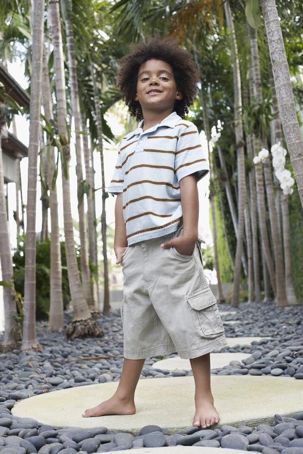 Little Boy com mãos em uns bolsos na alpondra fotografia de stock royalty free