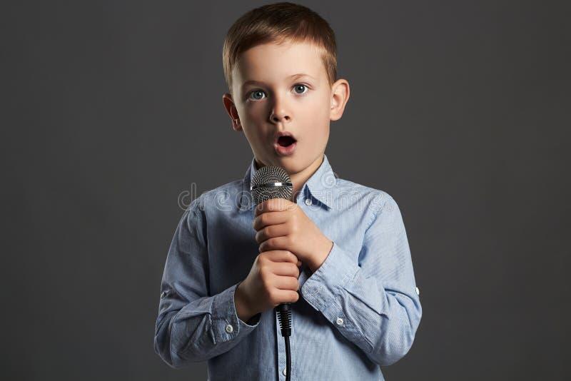 Little Boy con il microfono il bambino divertente sta cantando fotografie stock
