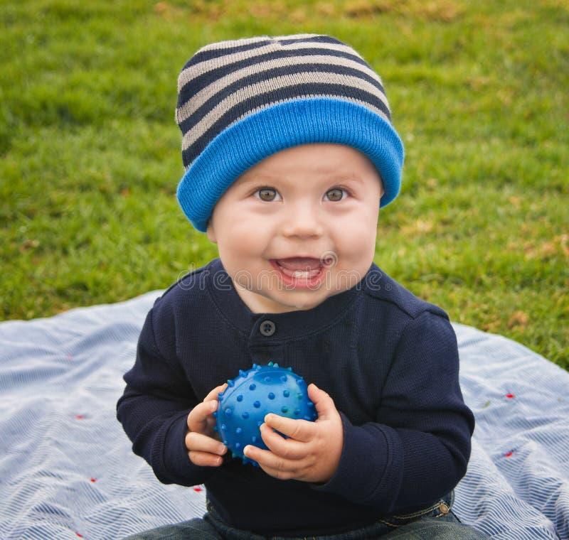 Little Boy con la sfera fotografie stock