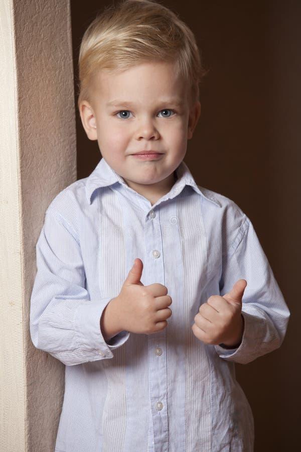 Little Boy con los pulgares sube gesto imágenes de archivo libres de regalías