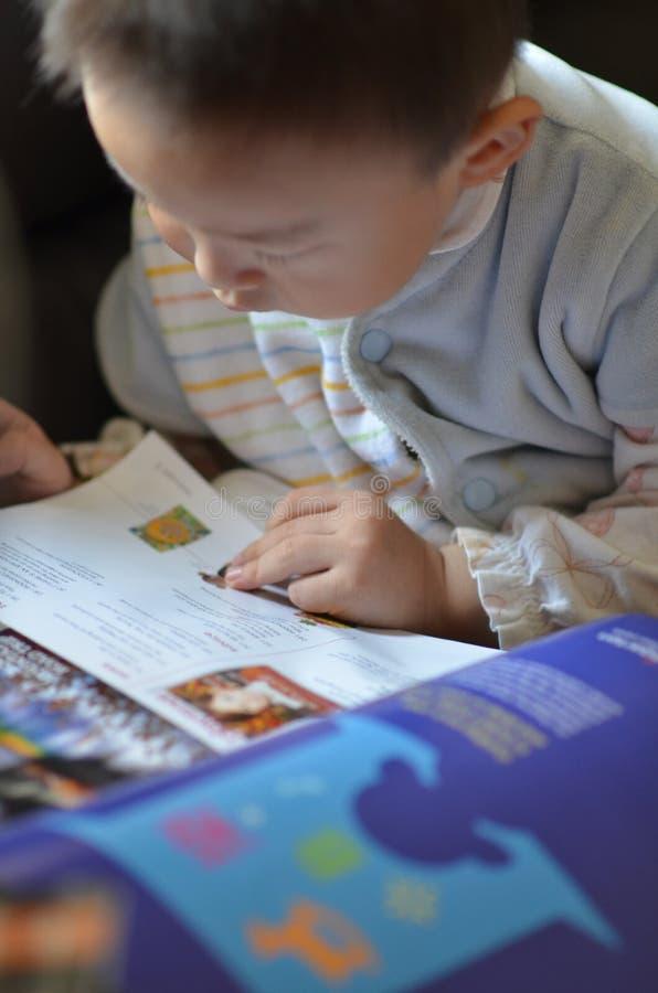 Little Boy Czyta magazyn na kanapie zdjęcie stock