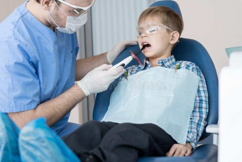 Little Boy dans la clinique dentaire moderne photographie stock libre de droits
