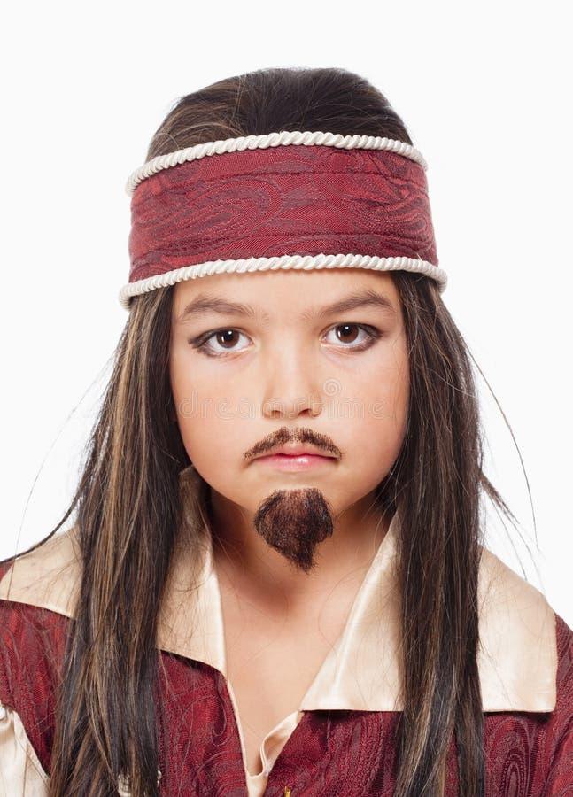 Little Boy dans la perruque dans le costume de pirate photos stock