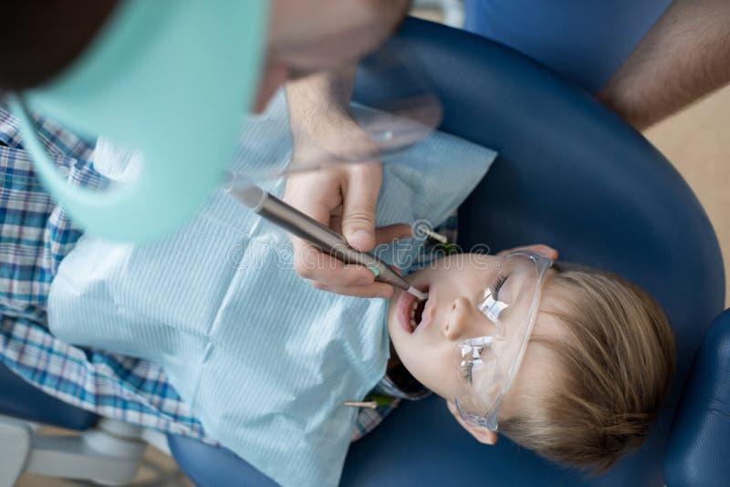 Little Boy dans la vue supérieure de chaise dentaire photos libres de droits