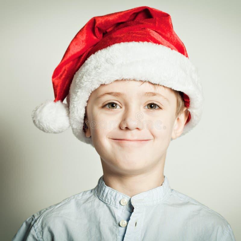 Little Boy dans le chapeau de Santa photos stock