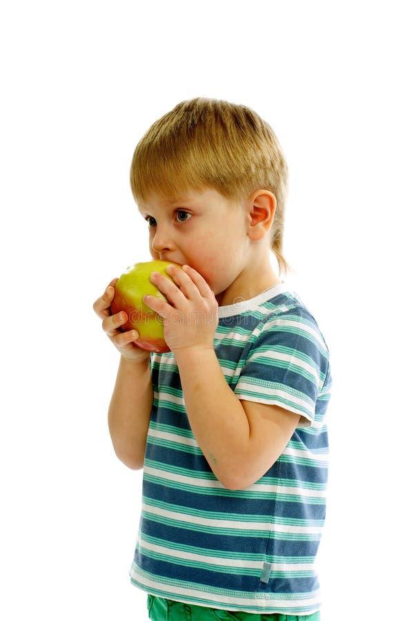 Little Boy, das Apple isst stockbild