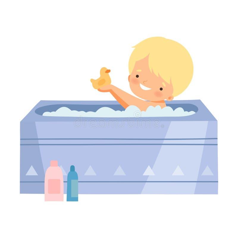 Little Boy, das Bad nimmt und mit gelber Gummiente in der Badewanne voll vom Schaum, entzückendes Kind im Badezimmer, täglich spi lizenzfreie abbildung
